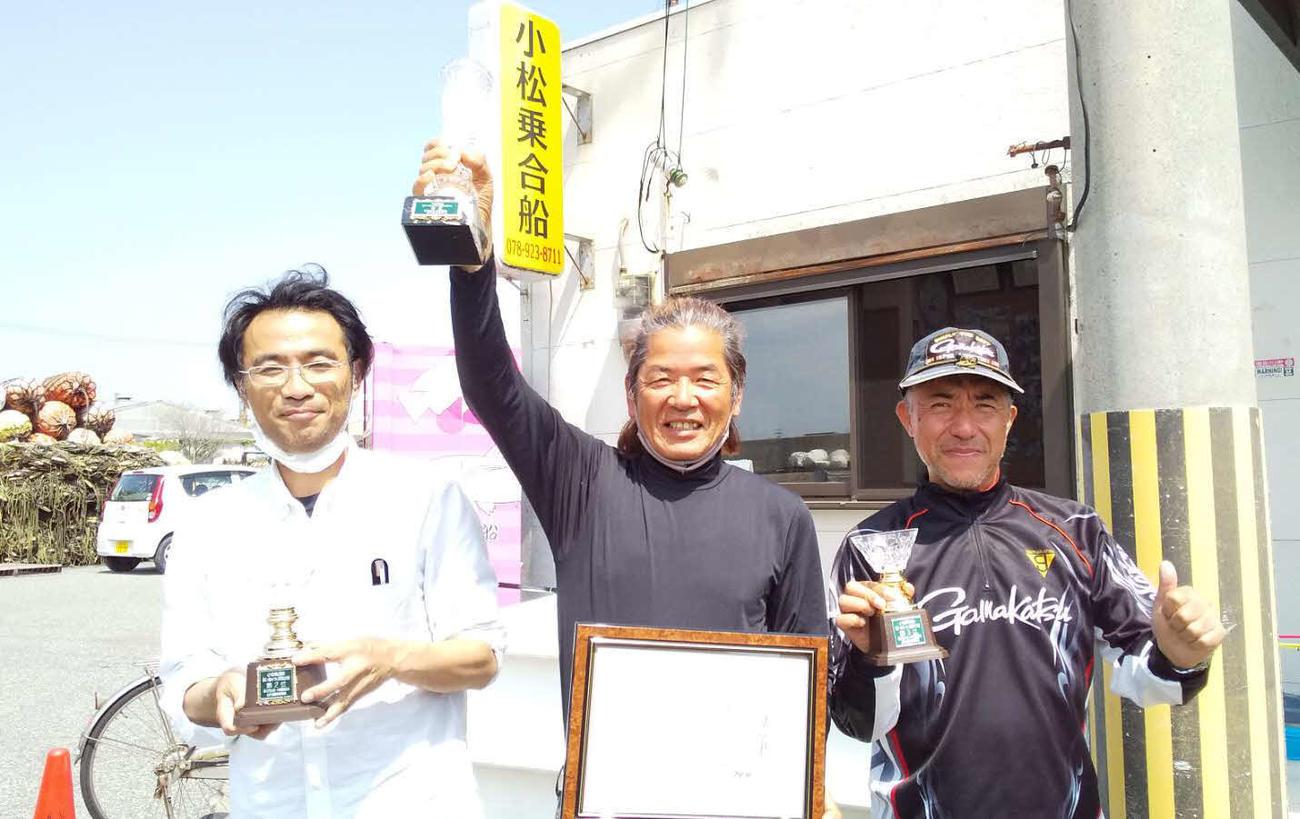 優勝した浦川さん(中央)2位の高橋さん(左)3位の船山さん