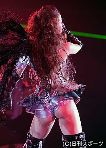 沢尻エリカ セクシー 「ガールズアワード2010」でおしりが半分出るセクシー衣装で踊る沢尻エリカ