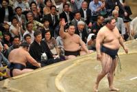 大相撲夏場所12日目 鶴竜対豪栄道戦で、物言いをつける白鵬(撮影・岡本肇)