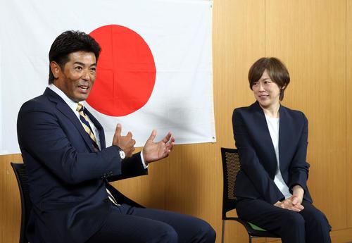 東京五輪について話し合うバレーボール女子日本代表の中田監督(右)と野球日本代表の稲葉監督