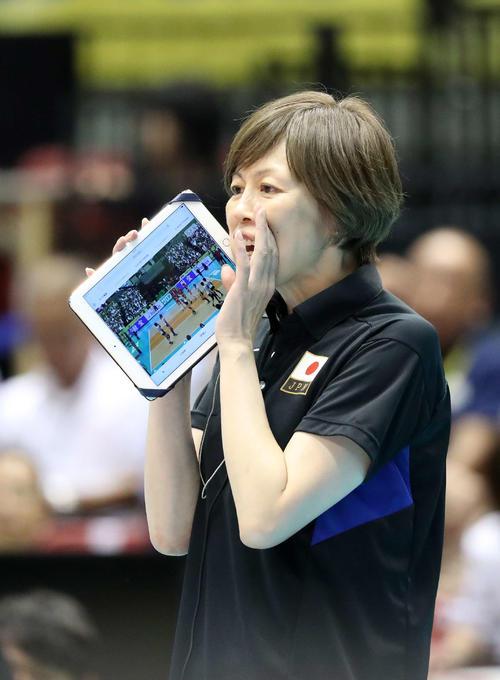 試合中に選手に声をかける中田監督