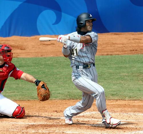 08年北京五輪のカナダ戦で本塁打を放つ稲葉