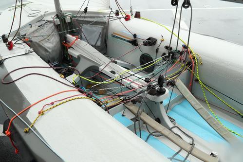 艤装(3)セールを操る数々のロープや器具をチェック