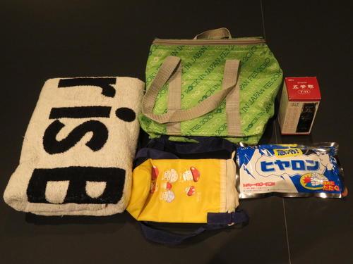 村井さんの暑さ対策グッズ。上から時計回りにクーラーボックス、漢方薬、冷却パック「ヒヤロン」、ペットボトル用保冷袋、大きめのタオル