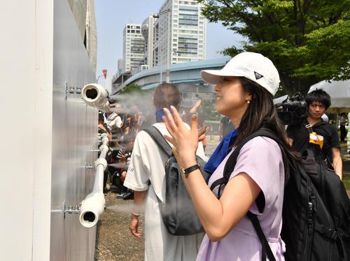 東京2020暑さ対策で、大型ミストタワーによる極微細ミスト噴霧が設置された(撮影・柴田隆二)