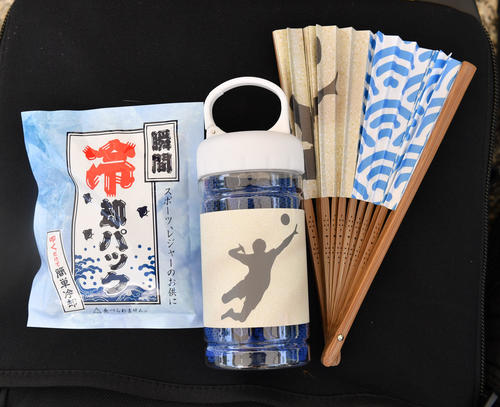東京2020暑さ対策で、ビーチバレー場で配布された扇子、冷却パック、ボトルケース付き涼感マフラータオル