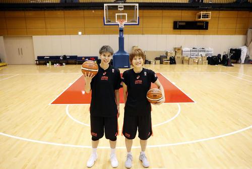 3ポイントラインを背にボールを持つ渡嘉敷来夢(左)と高田真希(撮影・浅見桂子)