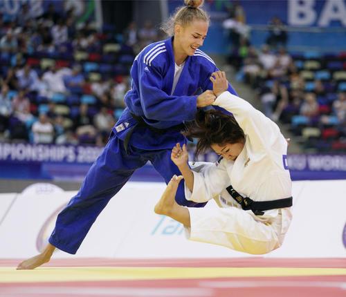18年世界選手権女子48キロ級決勝 ビロディド(左)は渡名喜風南に一本勝ち(共同)