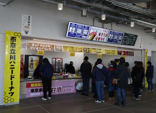 1日、サッカー天皇杯決勝で営業するコンコースの売店