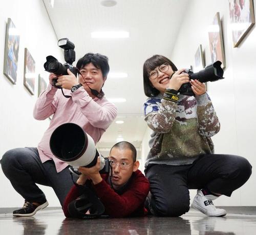 カメラを構える日刊スポーツのカメラマン。左から河野匠、加藤諒、鈴木みどり