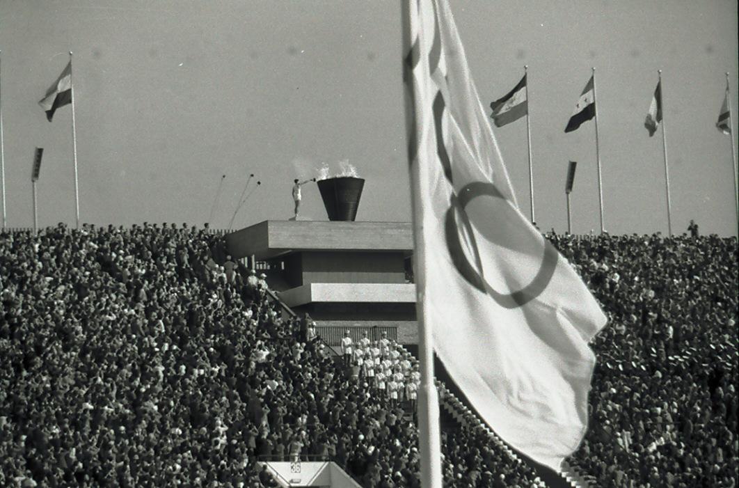 64年10月、東京五輪開会式で国立競技場の聖火台に点火する坂井義則さん