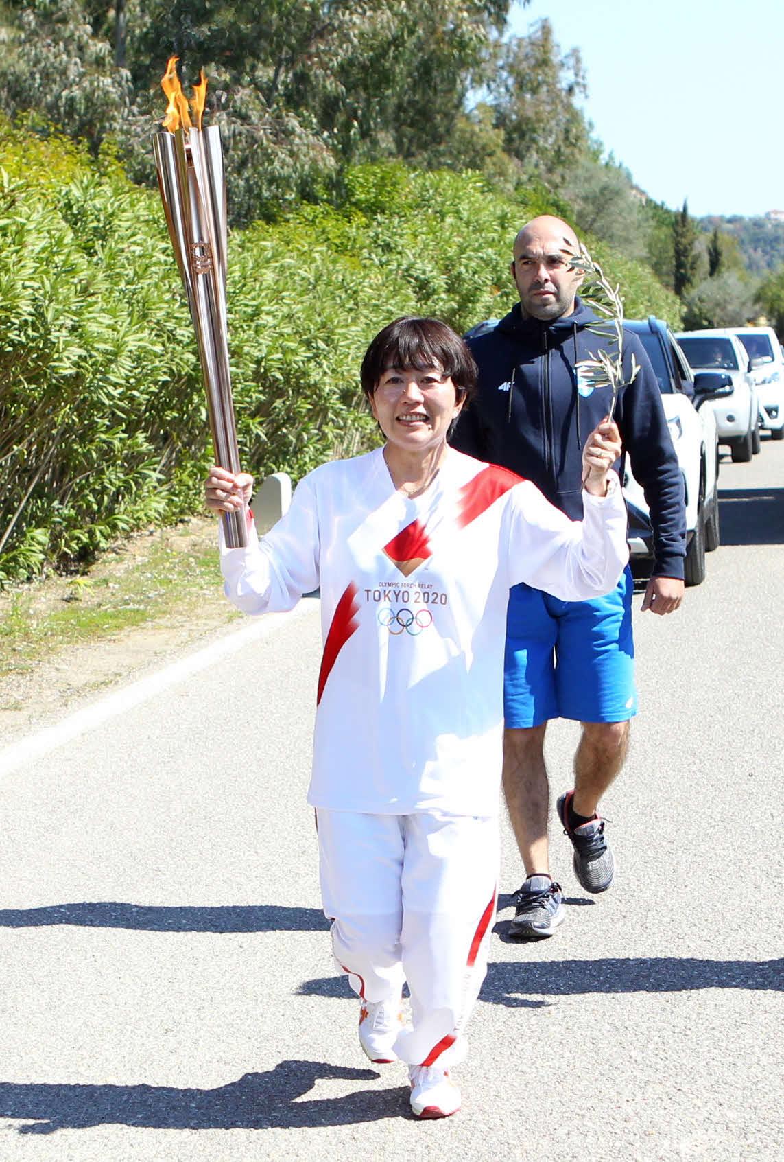 日本人第1走者として聖火リレーを走る野口みずきさん