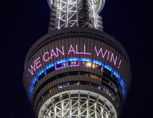 展望デッキに投影されたメッセージ(東武タワースカイツリー提供)