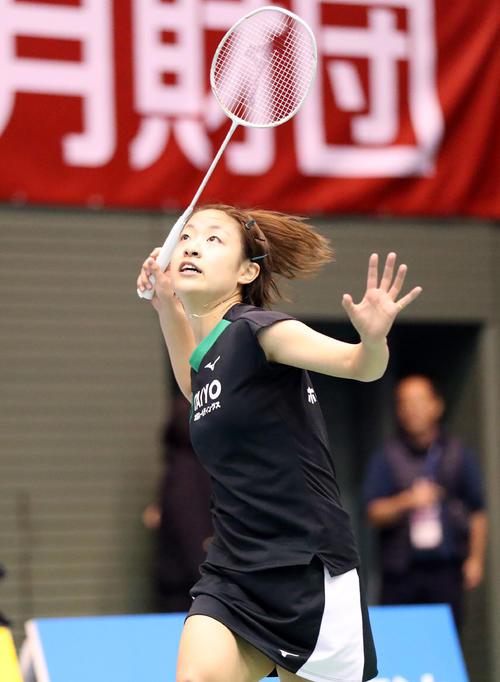 19年11月、バドミントン全日本総合選手権・女子シングルス準々決勝の大家夏稀戦で、フォアで打ち返す奥原希望