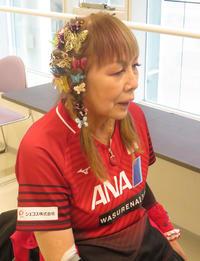 別所キミエのトレードマーク、チョウの髪飾り