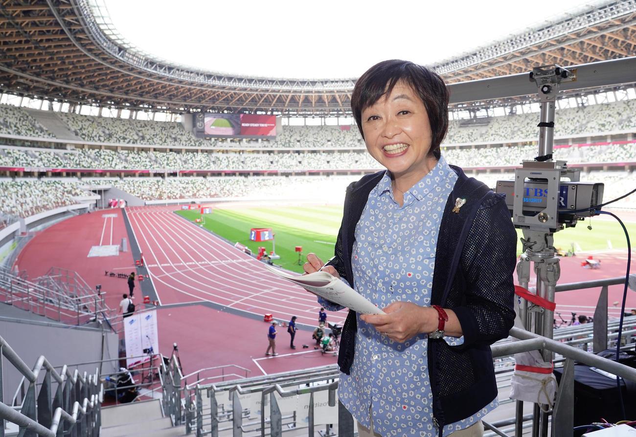 東京五輪テスト大会で取材ノートを手に笑顔を見せる増田明美さん(撮影・菅敏)