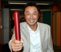 連載「日刊スポーツ 東京オリンピック特集」 バトンを手に笑顔を見せる宮本慎也氏