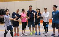女子サーブル日本代表に囲まれる李ヘッドコーチ(中央)