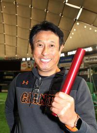 バトンを手に爽やかな笑顔を見せる巨人宮本投手総合コーチ