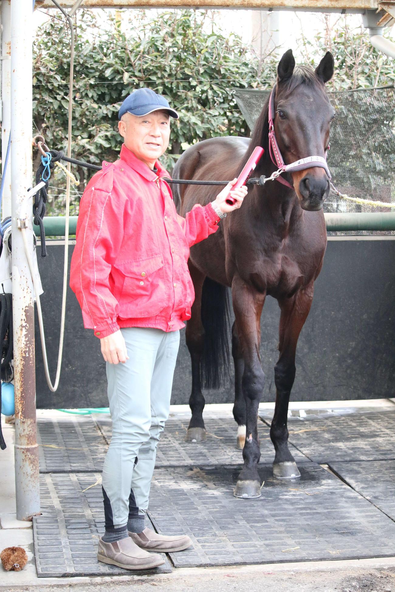 大井競馬場で誘導馬の調教を担当する坂口昇さんと誘導馬のボンネビルレコード