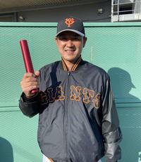 笑顔でバトンを手にする巨人三沢興一3軍投手コーチ