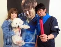 丹羽孝希のポスターの前に立つ母美加さん(左)と父孝司さん