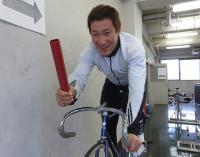 バトンを手にする北京五輪ケイリン銅メダリストの永井清史