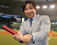 連載「日刊スポーツ 東京オリンピック特集」 300人リレーコラム バトンをバットにして笑顔を見せる里崎智也氏