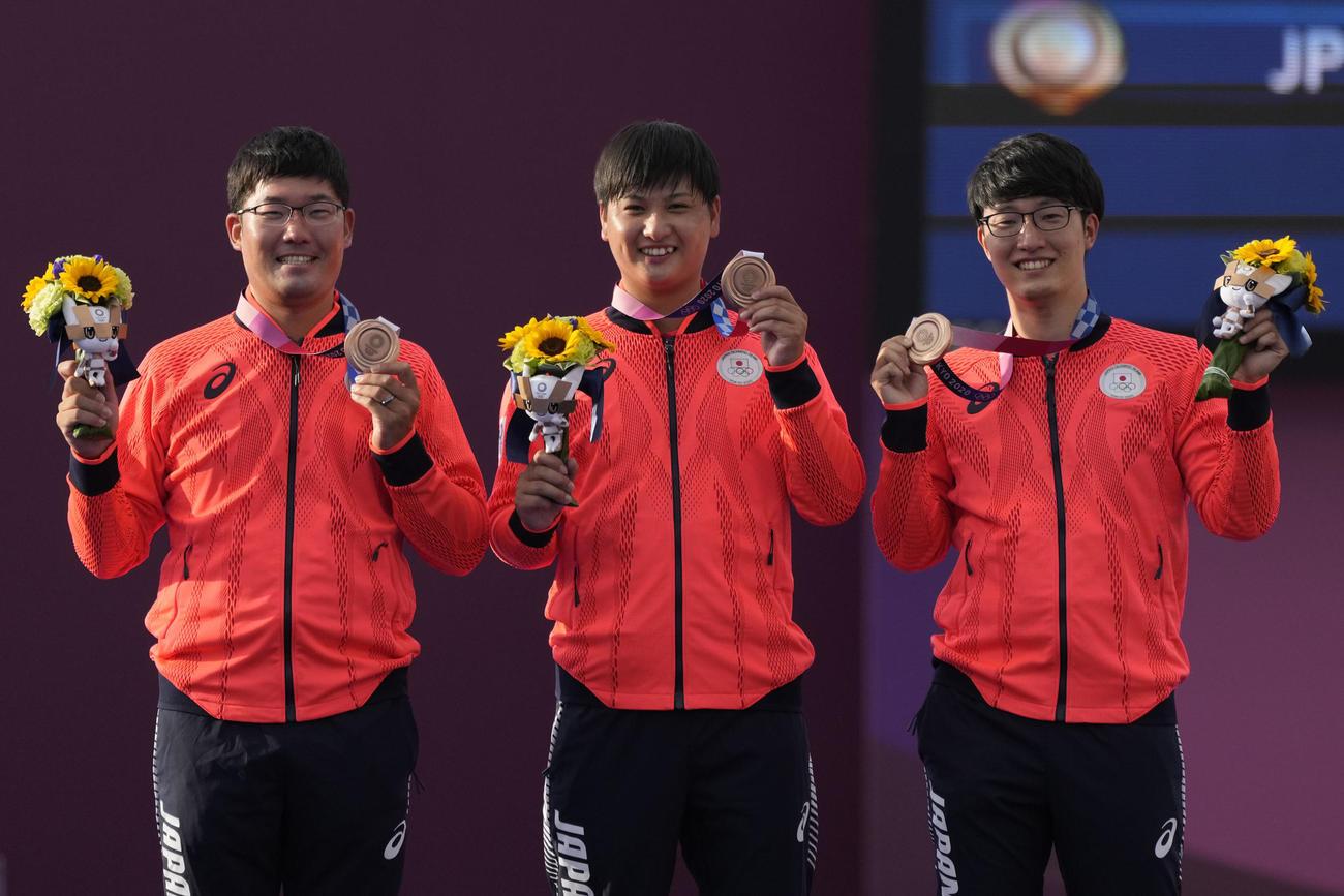 アーチェリー男子団体 銅メダルを獲得した(左から)古川高晴、河田悠希、武藤弘樹(AP)