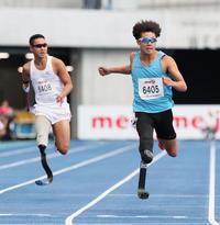 男子200メートルT64で優勝した佐藤圭(右)。左は2着の池田(撮影・足立雅史)
