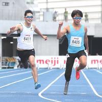 男子100メートルのT64を12秒15で優勝した佐藤(右)と2着の井谷(撮影・足立雅史)