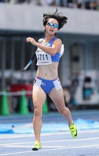 女子400メートルT47を1分0秒26の大会新記録でゴールする重本(旧姓辻)沙絵(撮影・足立雅史)