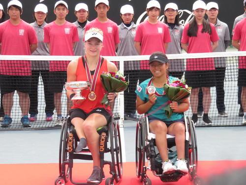 女子シングルス決勝を制したディーデ・デフルート(左)と準優勝の上地結衣(撮影・小堀泰男)