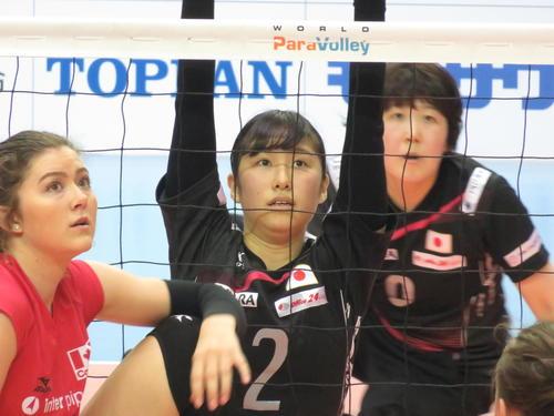 日本対カナダ 第2セット ネット際でカナダのサーブに備える日本の波田みか(中央)。右後方は菊池智子(撮影・小堀泰男)