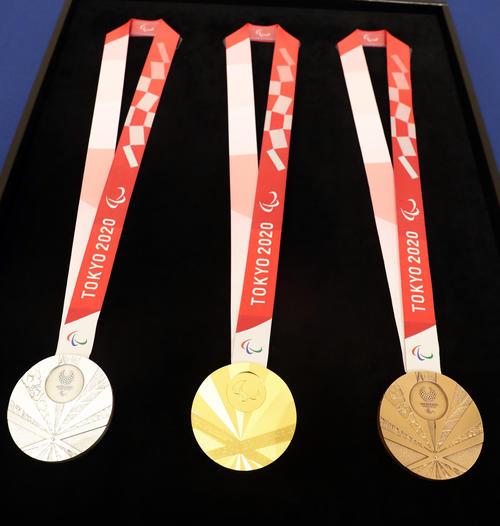 メダル発表会見で飾られた、左から銀メダル、金メダル、銅メダル(撮影・浅見桂子)