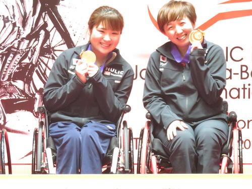 女子WH1-2(車いす)ダブルスで連覇を果たした山崎悠麻(右)と里見紗李奈は金メダルを手に笑顔(撮影・小堀泰男)