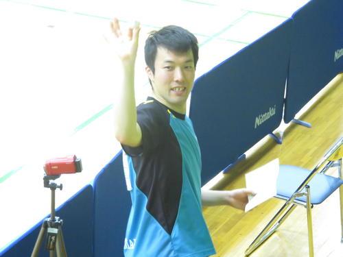 男子で6年ぶり2度目の優勝を飾った竹守彪はウイニングボールを掲げてスタンドの声援に応える(撮影・小堀泰男)