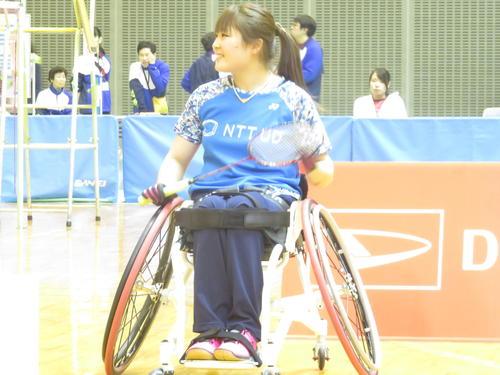 女子WH1(車いす)シングルス決勝 第1ゲームのインターバルで里見紗李奈はスタンドの声援に笑顔を見せる(撮影・小堀泰男)
