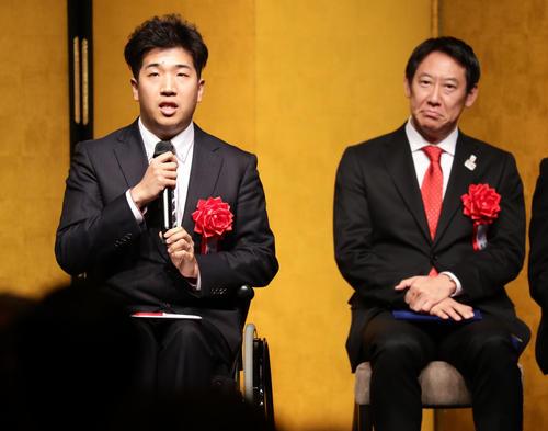 日本パラスポーツ大賞の佐藤(左)はあいさつする。後方は鈴木大地スポーツ庁長官(撮影・浅見桂子)