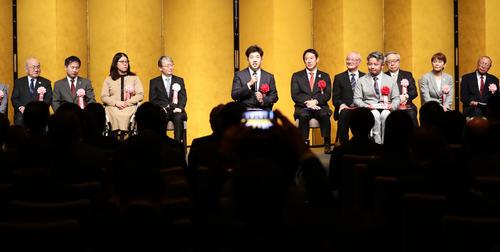 日本パラスポーツ大賞の佐藤(中央)はあいさつする(撮影・浅見桂子)
