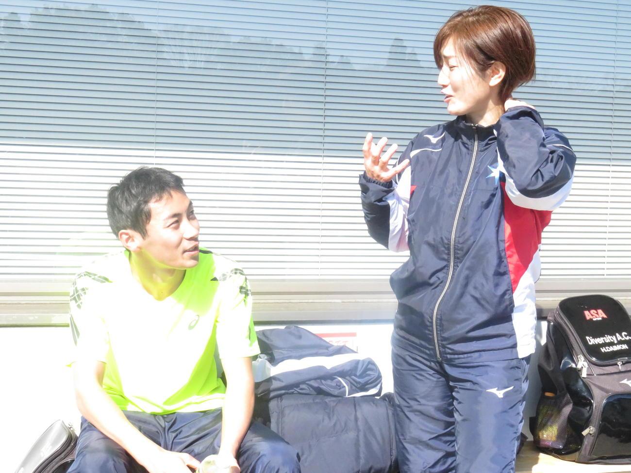 大門寛子コーチ(右)からアドバイスを受ける岸田悠弥(撮影・小堀泰男)