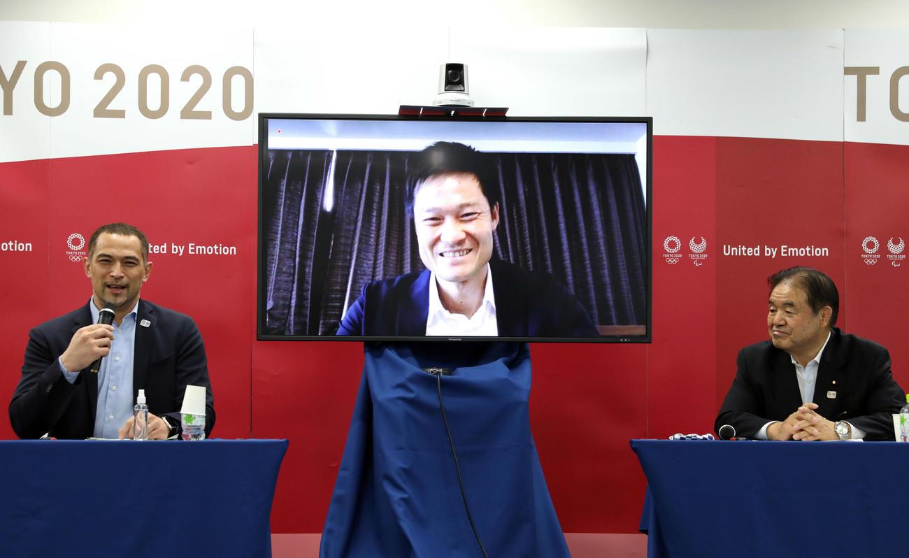 笑顔を見せる国枝慎吾選手(中央)。左は室伏広治スポーツディレクター、右は遠藤利明会長代行(代表撮影)