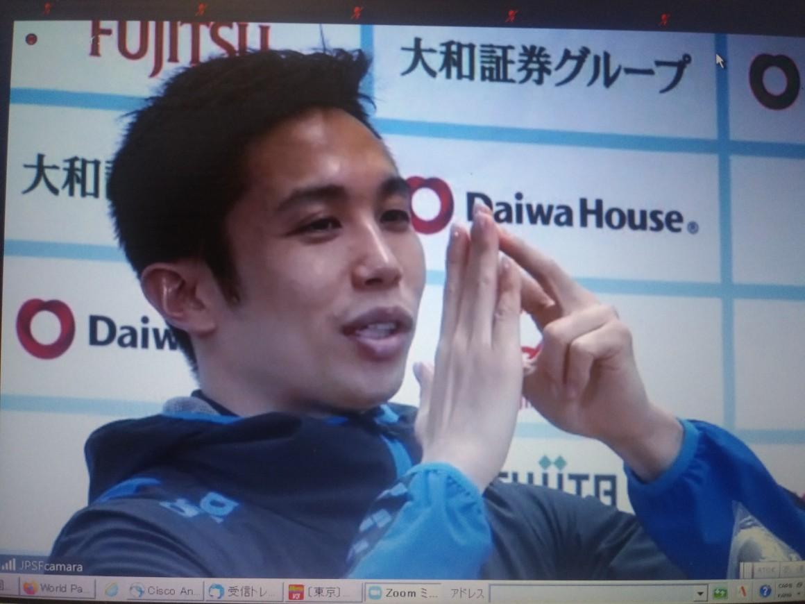 男子100メートルバタフライ(視覚障がいS11)で2位に終わり、会見する富田宇宙