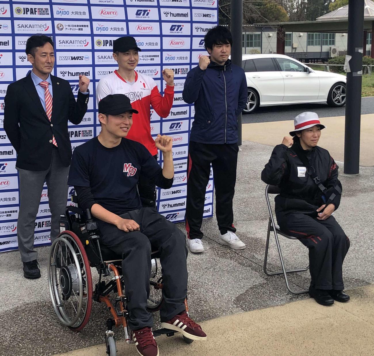 パラアーチェリーの東京パラリンピック代表入りを決めた大河原代表監督、宮本、長谷川、永野、大山(後列左から時計回り)(撮影・平山連)