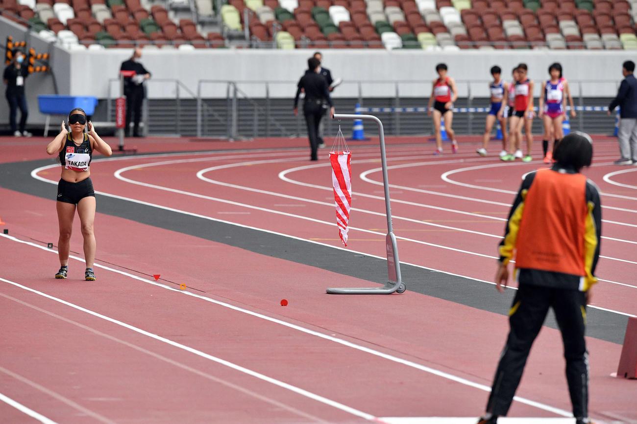 女子走り幅跳び(T11)の高田(左)は会場のアナウンス音でガイドの音が聞こえずスタートが出来なくなる(撮影・滝沢徹郎)