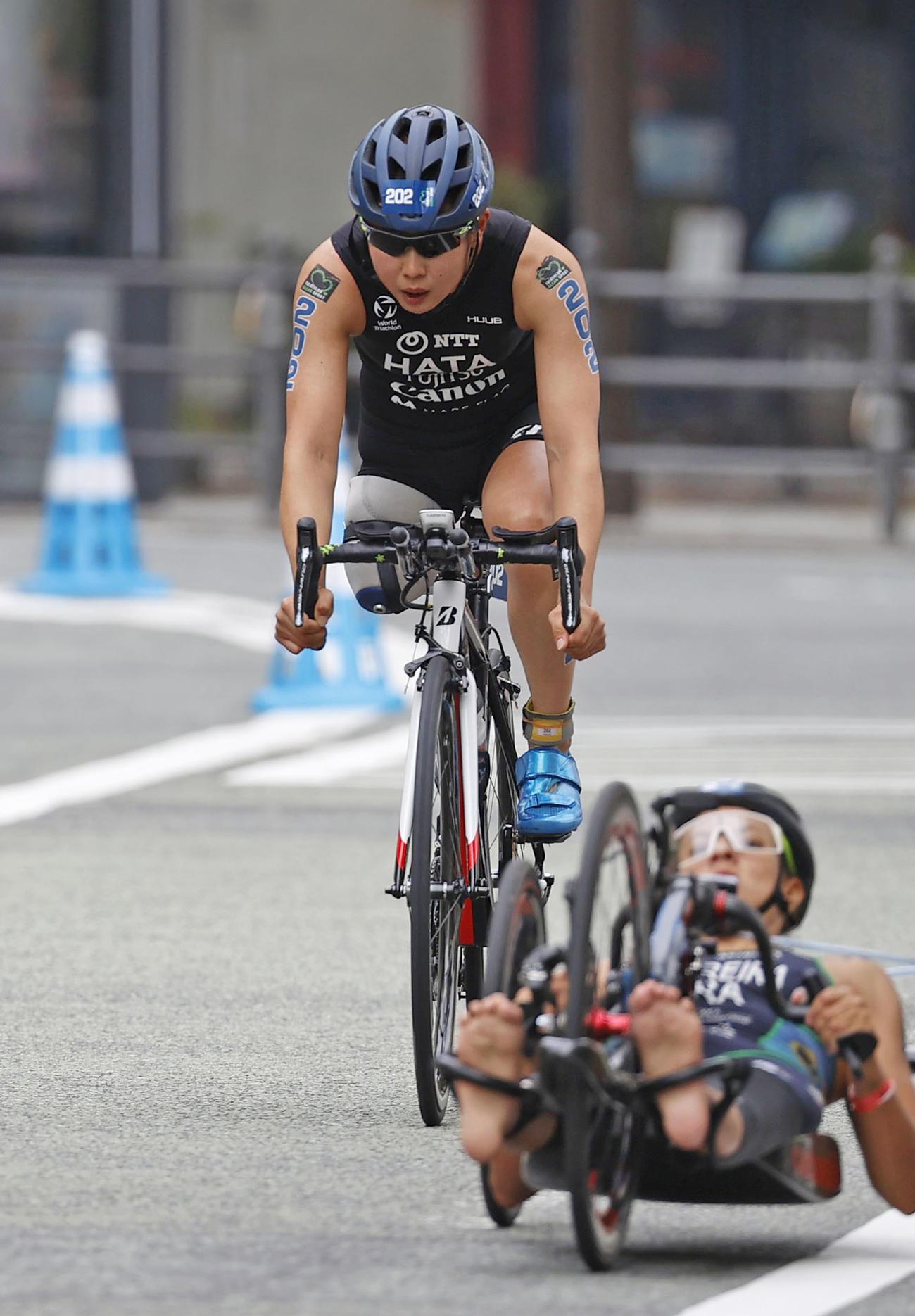 バイクで力走する秦由加子(左)(共同)