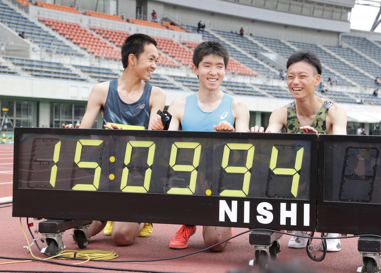 男子視覚障がい5000メートルで世界記録を達成し記念撮影で笑顔を見せる唐沢(中央)。左は伴走の清水、右は伴走の小林(撮影・河野匠)