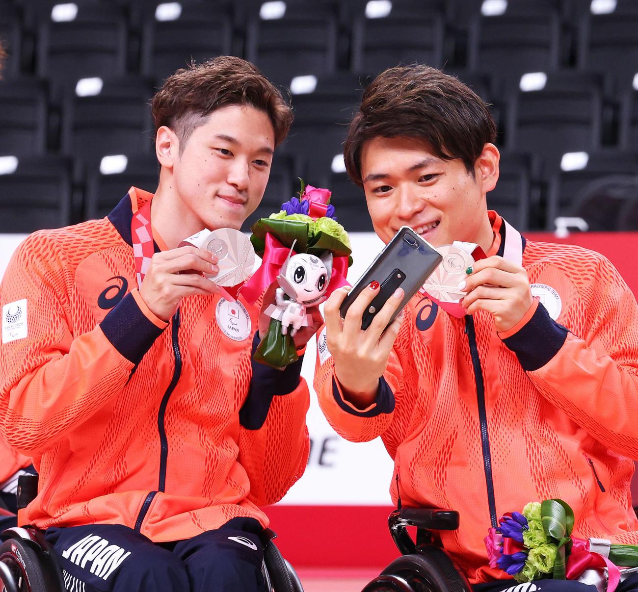 メダルセレモニー後、記念撮影する古沢(左)と豊島(2021年9月5日撮影)