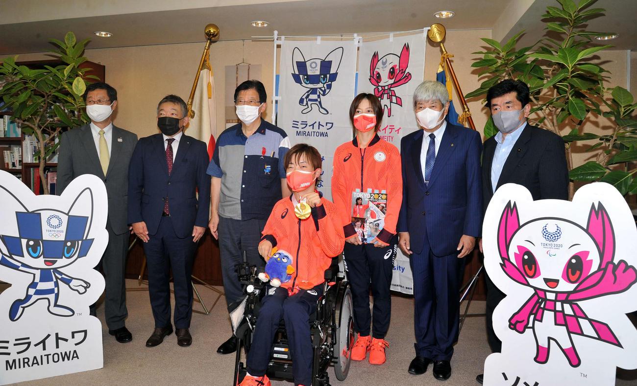 記念写真に納まる出席者たち。左から4人目が杉村、同3人目が川勝知事