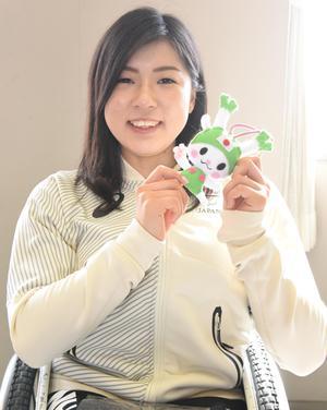 ふっかちゃんキーホルダーを手にする村岡桃佳(深谷市役所提供)